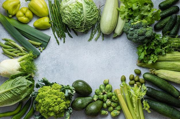 Postura plana da coleção de vegetais verdes em fundo cinza. vista de cima plana. comida saudável. conceito verde.