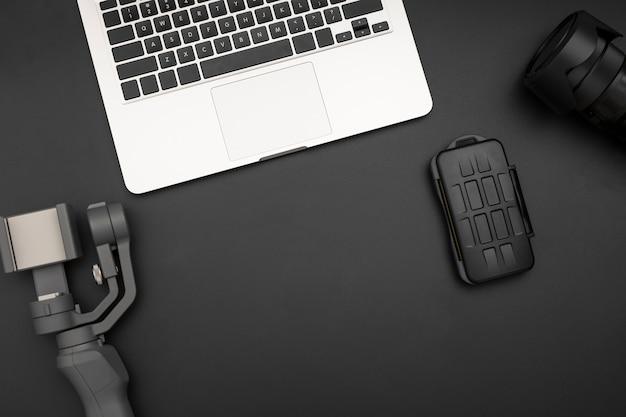 Postura plana da estação de trabalho com laptop e equipamento