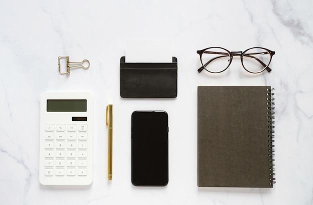 Postura plana da marca de negócios mock-se da mesa do espaço de trabalho em mármore branco