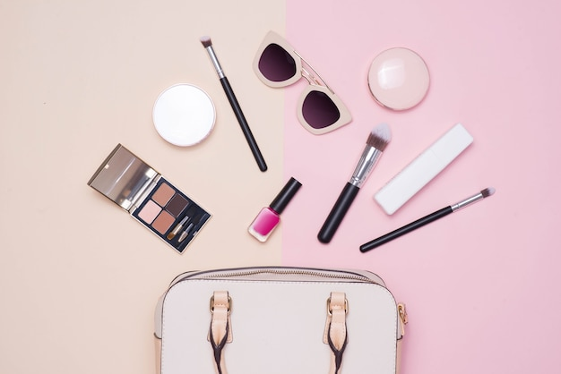 Postura plana de acessórios de moda feminina e bolsa branca em fundo de cor pastel com copyspace
