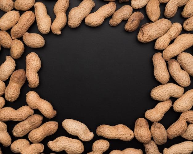Postura plana de amendoins com espaço de cópia