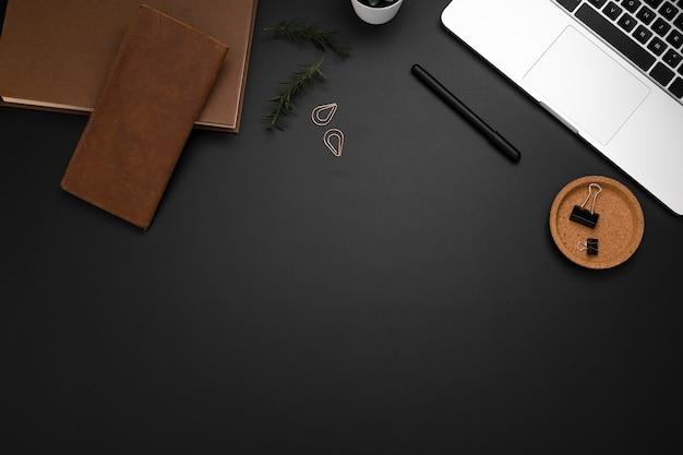 Postura plana de área de trabalho com espaço para laptop e cópia
