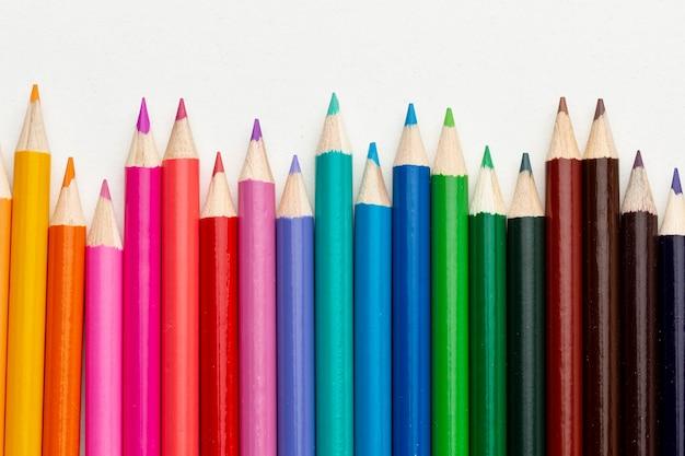 Postura plana de arranjo de lápis coloridos