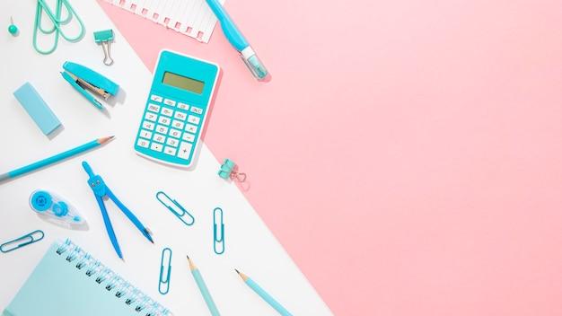 Postura plana de artigos de papelaria de escritório com bússola e calculadora