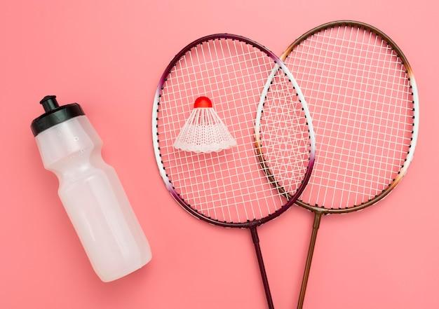 Postura plana de badminton com garrafa de água