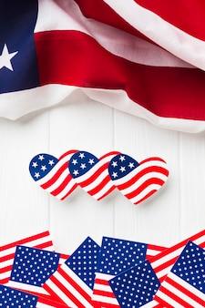 Postura plana de bandeiras americanas em forma de coração e regulares