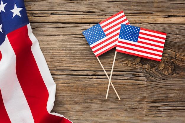 Postura plana de bandeiras americanas na madeira