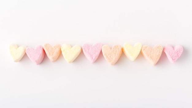 Postura plana de barbante colorido em forma de coração