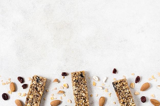 Postura plana de barras de cereal com espaço de cópia