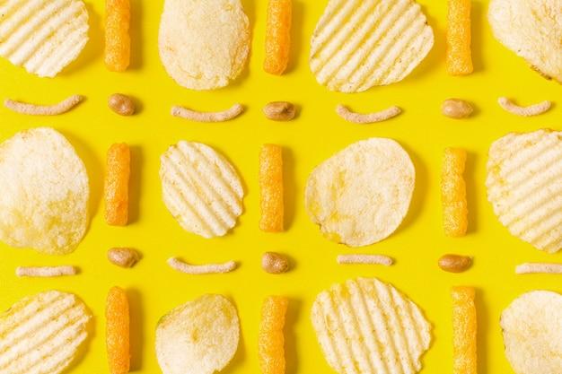 Postura plana de batatas fritas e sopros de queijo