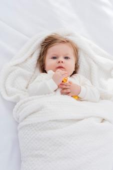 Postura plana de bebê no cobertor branco