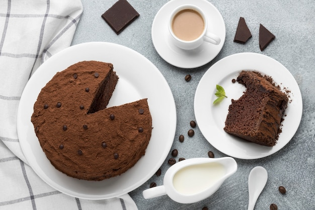 Postura plana de bolo de chocolate com café
