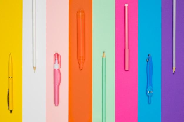 Postura plana de canetas de escritório diferentes