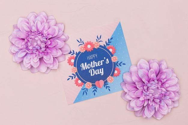 Postura plana de cartão de dia das mães com flores