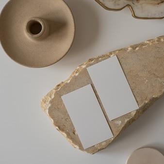 Postura plana de cartões de folha de papel em branco com flor, pedra de mármore