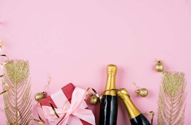 Postura plana de celebração. garrafa de champanhe com serpentinas de festa colorida sobre fundo de hortelã.