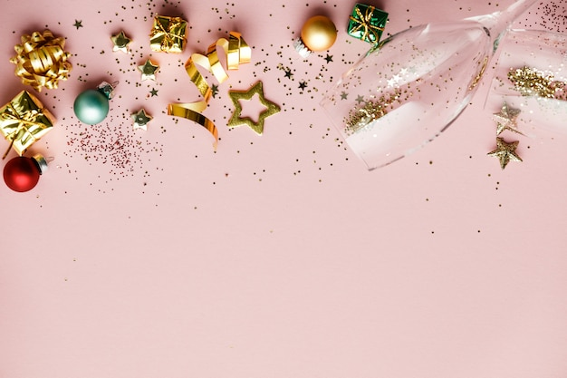 Postura plana de celebração. taças de champanhe e decoração de natal