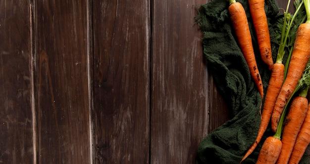 Postura plana de cenoura com espaço de cópia