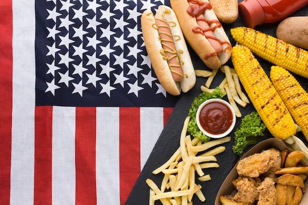 Postura plana de comida americana com bandeira da américa