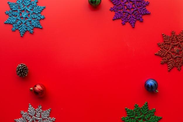 Postura plana de composição de natal em fundo vermelho. natal, inverno. copyspace e foco suave.