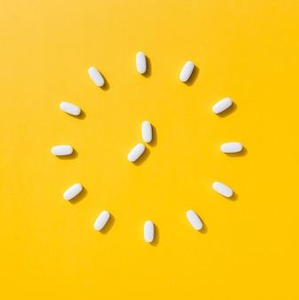 Postura plana de comprimidos fazendo formato de relógio