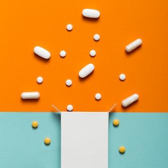 Postura plana de comprimidos saindo da caixa