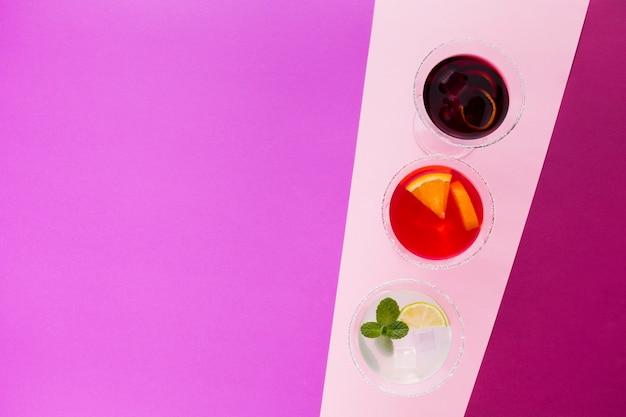 Postura plana de copos de cocktail com espaço de cópia