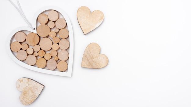 Postura plana de corações de madeira com espaço de cópia