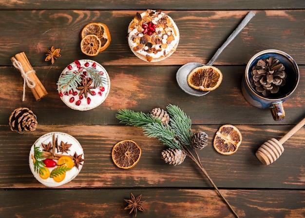 Postura plana de cupcakes decorados com pinhas