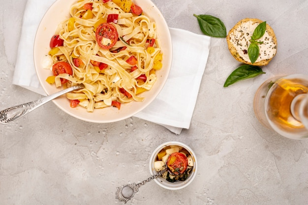 Postura plana de deliciosa comida italiana no fundo liso