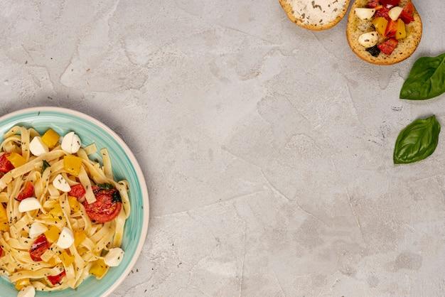 Postura plana de delicioso foon italiano com espaço de cópia