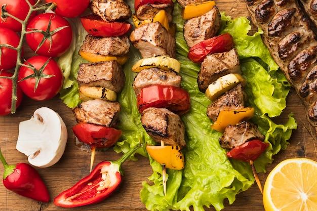 Postura plana de delicioso kebab com limão e tomate