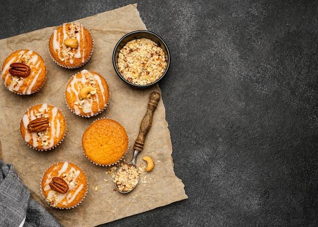 Postura plana de deliciosos muffins com nozes e espaço de cópia