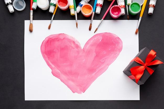 Postura plana de desenho de coração colorido