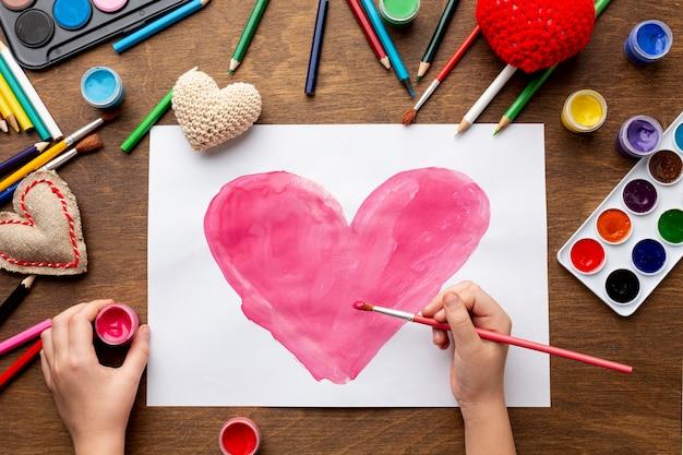 Postura plana de desenho lindo coração