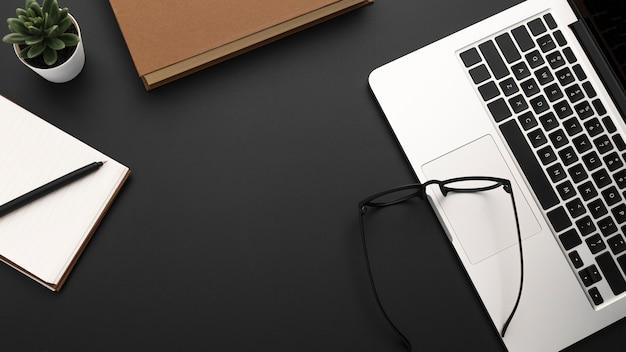 Postura plana de desktop com laptop e óculos