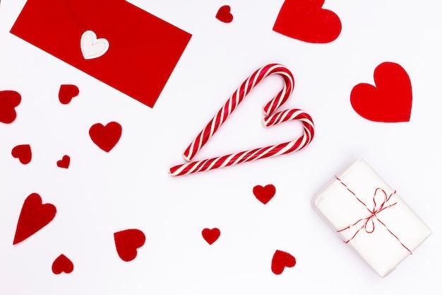 Postura plana de dia dos namorados presente com bastões de doces