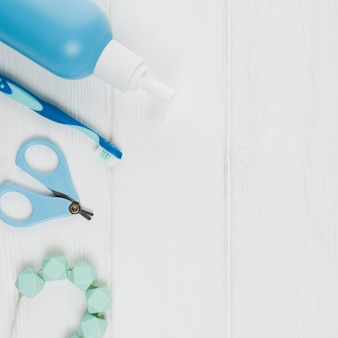 Postura plana de dispensador de sabão com escova de dentes e colar para chá de bebê