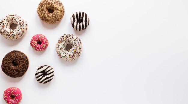 Postura plana de donuts com espaço de cópia
