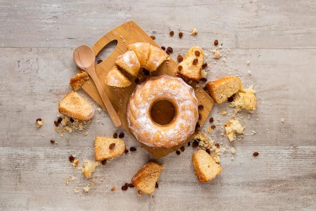 Postura plana de donuts com pedaços e passas