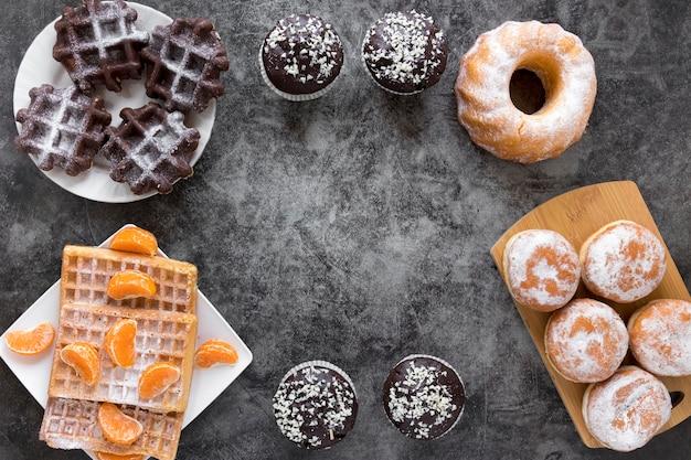 Postura plana de donuts e waffles em placas