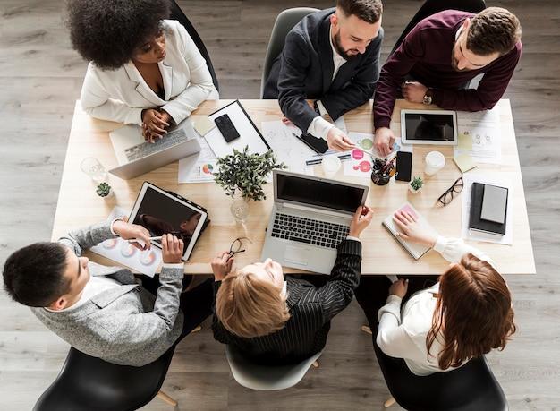 Postura plana de empresários em reunião