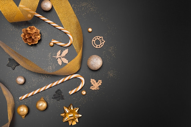 Postura plana de enfeites de natal dourados com espaço de cópia