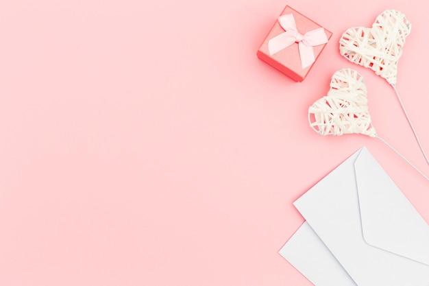 Postura plana de envelope e corações