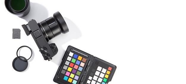 Postura plana de equipamento fotográfico digital isolado. conceito de fotografia. vista do topo.