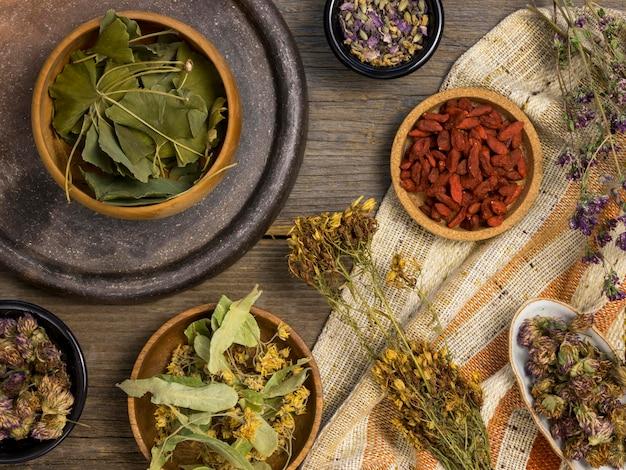 Postura plana de ervas e especiarias medicinais naturais
