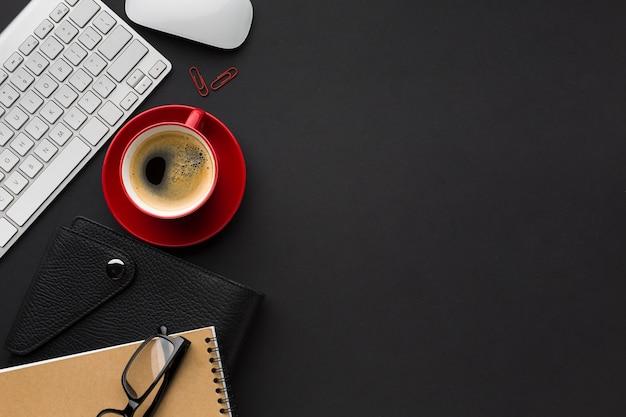 Postura plana de espaço de trabalho com xícara de café e teclado