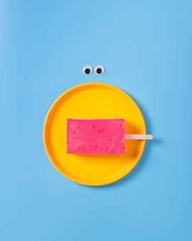 Postura plana de esponja no prato sobre fundo azul