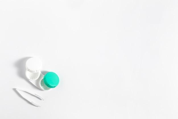 Postura plana de estojo de lentes de contato com espaço para texto
