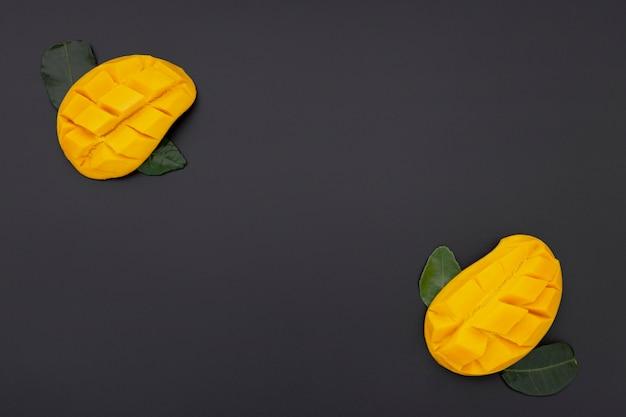 Postura plana de fatias de manga com folhas